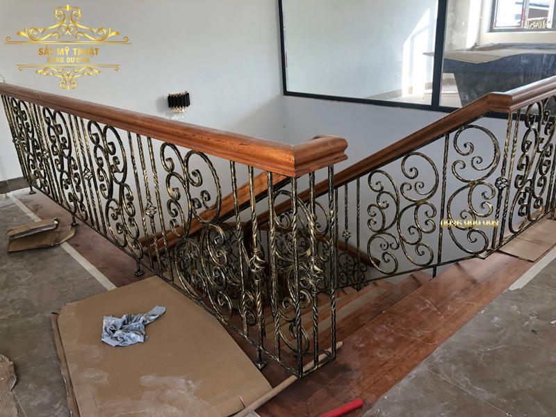 Cầu thang sắt mỹ nghệ nhà cô Hậu – Hòa Xuân