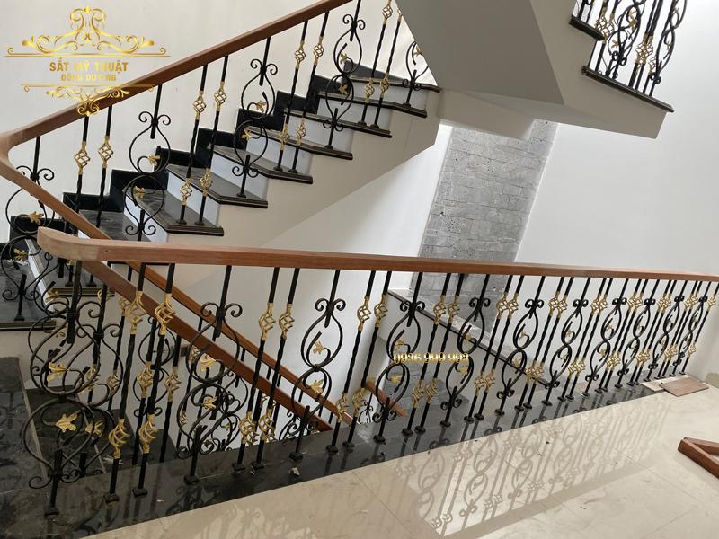 Cầu thang sắt mỹ thuật nhà anh Hà – Hòa Xuân