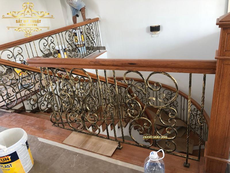 Cầu thang sắt nghệ thuật nhà cô Hậu – Hòa Xuân
